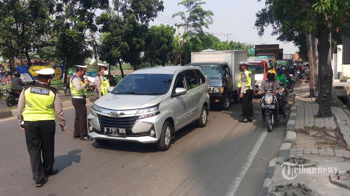 Pelaksanaan Operasi Aman Nusa Jaya II, PPKM Darurat di Kslan Daan Mogot Km 19, Batuceper, Kota Tangerang, dikeluhkan pengendara karena menimbulkan kemacetan, Senin (5/7/2021). Di kawasan ink 2 ruas jalan dari arah Kota Tangerang maupun ke Jakarta disekat petugas. (Warta Kota/Nur Ichsan)