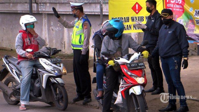 Petugas memberhentikan pengendara sepeda motor yang berboncengan dan tidak menggunakan sarung tangan di check point jalan Kolonel Masturi, Kota Cimahi, Sabtu (9/5/2020). Chek point dilokasi ini merupakan jalan masuk menuju Kota Cimahi dari arah Kabupaten Bandung Barat. Sampai hari ini pelanggaran yang masih dilakukan oleh pengendara sepedamotor adalah kelalaian menggunakan sarung tangan. (Tribun Jabar/Zelphi)