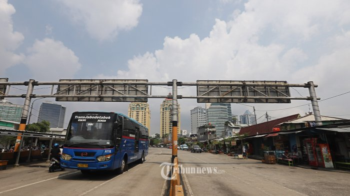 Suasana aktifitas di Terminal Senen Jakarta, Senin (13/4/2020). Hari pertama pelaksanaan PSBB di hari kerja, terminal dalam kota terlihat sepi penumpang walaupun lalulintas di sejumlah jalan di Jakarta terlihat padat kendaraan karena banyak warga memilih menggunakan kendaraan pribadi. TRIBUNNEWS/HERUDIN
