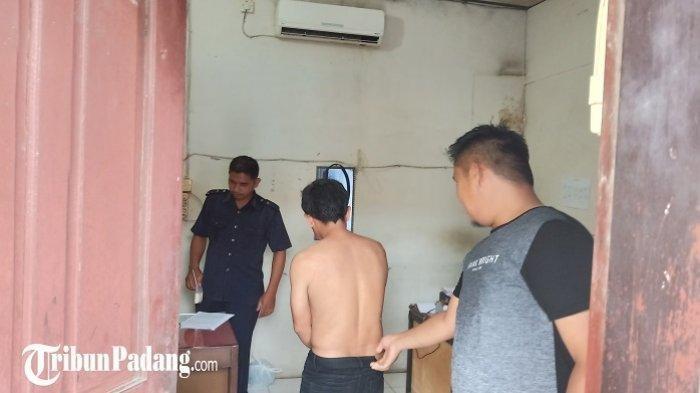 Pelaku AS saat diamankan di Mapolsek Lubuk Begalung, Padang, Selasa (21/1/2020).