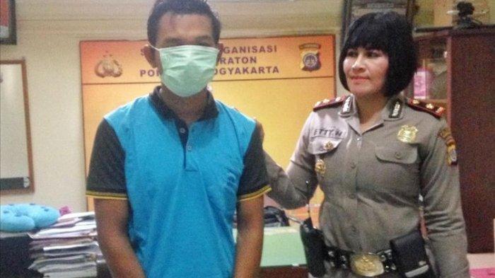 US, pelaku peremas dada turis asal Cilacap, saat berada di Mapolsek Kraton, Yogyakarta. Disampingnya berdiri Kapolsek Kraton Kompol Etty Haryanti.