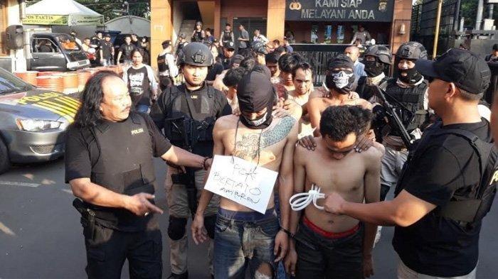 Pelaku kerusuhan di Asrama Polri Petamburan, dan Slipi, Jakarta Barat (TribunJakarta/Elga Hikari Putra)