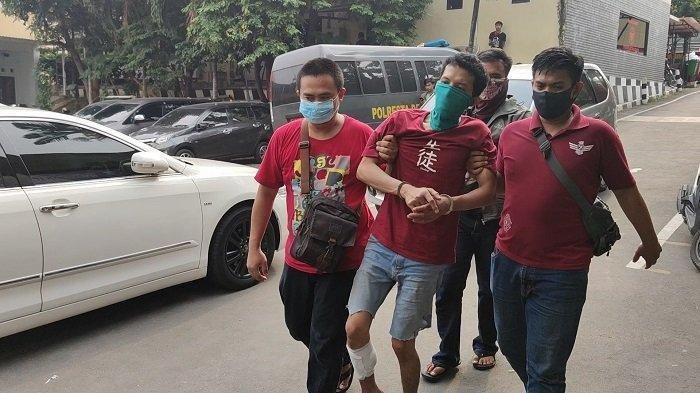Pelaku ketika digiring petugas di Mapolrestro Depok, Rabu (5/8/2020)