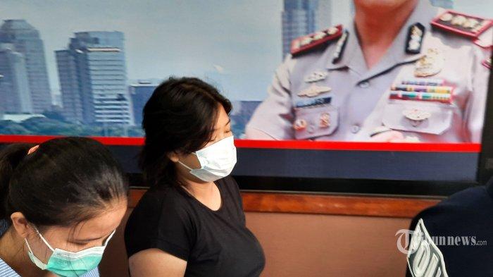 MA (21 tahun, kanan) pelaku tindak asusila di halte bus Jakarta digiring polisi saat ditunjukkan kepada wartawan di Mapolres Jakarta Pusat, Senin (25/1/2021).