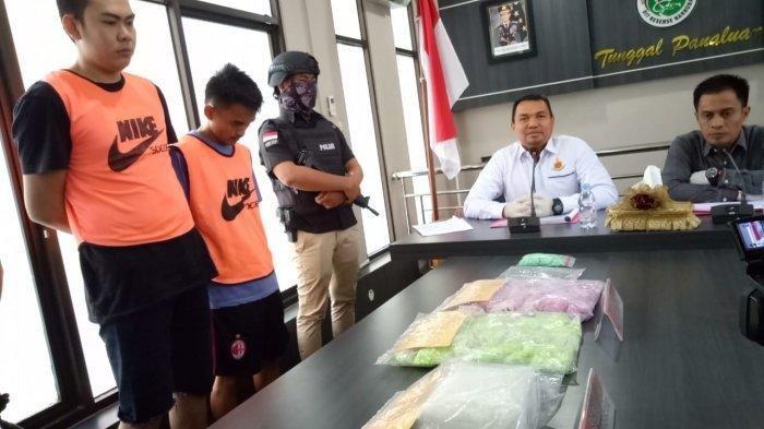 Pelaku pembawa sabu-sabu dan ineks serta calon penerima ditangkap petugas. Banjarmasinpost.co.id/Irfani Rahman
