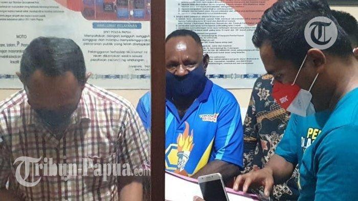 Pelaku pemukulan (tengah baju biru) petinju DKI Jakarta saat berada di Polda Papua guna dilakukan pemeriksaan.