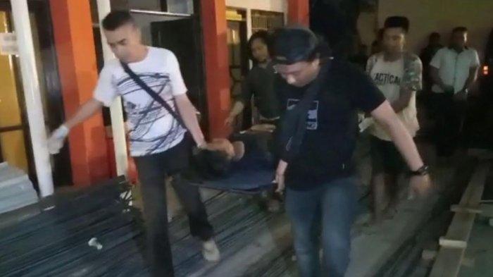Jenazah buronan pelaku pencurian serta pemberatan (Curat) M Yusuf alias Deden (18) saat digiring ke kamar mayat di RS Bhayangkara, Makassar. darul/tribun-timur.com
