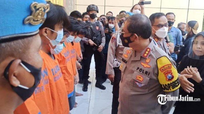 Polisi menunjukkan para pelaku pengeroyokan terhadap anggota TNI AL di Bungurasih yang sudah berhasil ditangkap.