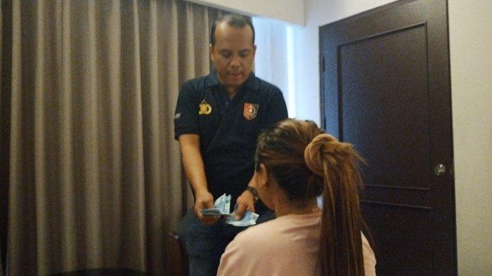 Pelaku prostitusi online dibekuk tim cyber Ditreskrimsus Polda Sumbar di sebuah hotel berbintang di Padang, Minggu (26/1/2020).
