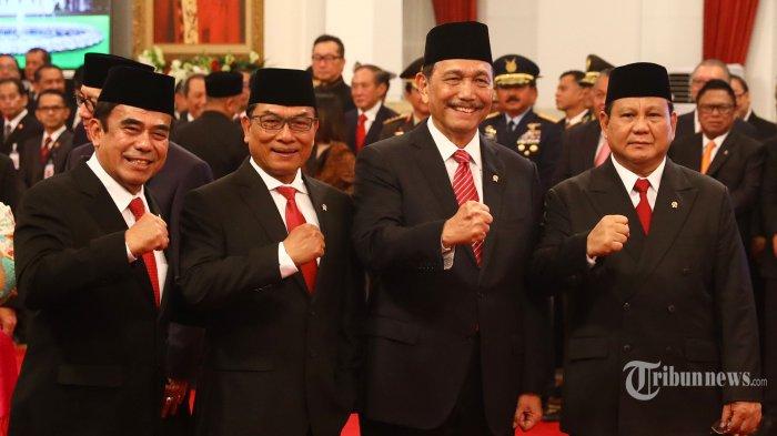 Menteri Agama Fachrul Razi (kiri) bersama Menteri Pertahanan Prabowo Subianto (kanan), Menko Maritim dan Investasi Luhut Panjaitan (kedua kanan), dan Kepala Staf Kepresidenan Moeldoko (kedua kiri) berfoto bersama sebelum pelantikan Menteri Kabinet Indonesia Maju di Istana Negara, Jakarta, Rabu (23/10/2019). Presiden Joko Widodo resmi melantik 34 Menteri, 3 Kepala Lembaga Setingkat Menteri, dan Jaksa Agung untuk Kabinet Indonesia Maju. TRIBUNNEWS/IRWAN RISMAWAN