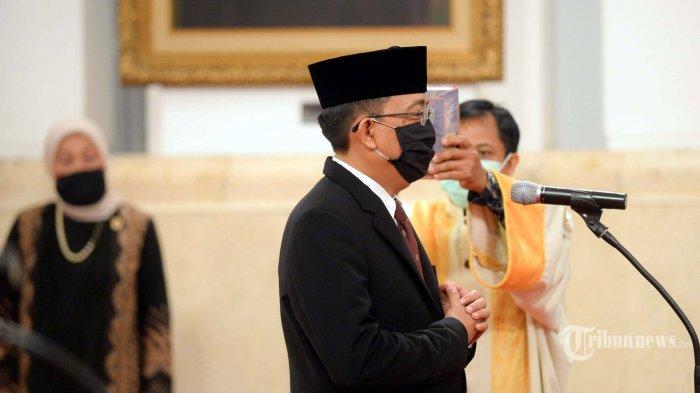 I Dewa Kade Wiarsa Raka Sandi mengucap sumpah jabatan sebagai Anggota Komisi Pemilihan Umum (KPU) Antar Waktu periode 2017-2022 dihadapan Presiden Joko Widodo di Istana Negara Jakarta, Rabu, (15/4/2020). Pelantikan pejabat negara kali ini mengikuti protokol pencegahan COVID-19, yang salah satunya menerapkan anjuran jaga jarakatau physical distancing. Untuk menerapkan protokol tersebut, tamu undangan yang hadir dibatasi sekitar 20 orang. Sebelum mengikuti kegiatan, seluruh tamu undangan juga menjalani tes cepat (rapid test)  pendeteksianCOVID-19. Kompas/Wawan H Prabowo