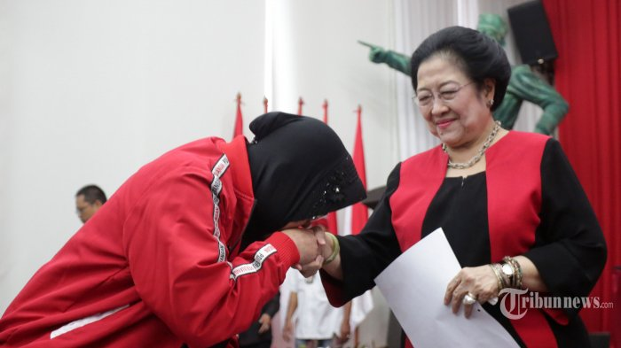 Viral Foto Risma Cium Tangan Megawati dan Wacana Calon Menteri Jokowi