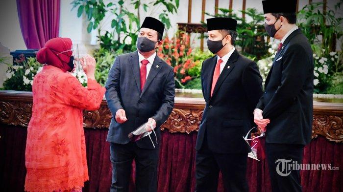 Para calon menteri berbincang sebelum melaksanakan prosesi pelantikan menteri Kabinet Indonesia Maju di Istana Negara, Jakarta, Rabu (23/12/2020). Presiden melantik enam menteri untuk menggantikan posisi menteri lama (reshuffle) dan lima wakil menteri, diantaranya Tri Rismaharini sebagai Menteri Sosial, Sakti Wahyu Trenggono sebagai Menteri Kelautan dan Perikanan, Yaqut Cholil Qoumas sebagai Menteri Agama, Budi Gunadi Sadikin sebagai Menteri Kesehatan, Sandiaga Salahudin Uno sebagai Menteri Pariwisata dan Ekonomi Kreatif serta M Lutfi sebagai Menteri Perdagangan. TRIBUNNEWS/HO/BIRO PERS/LAILY RACHEV