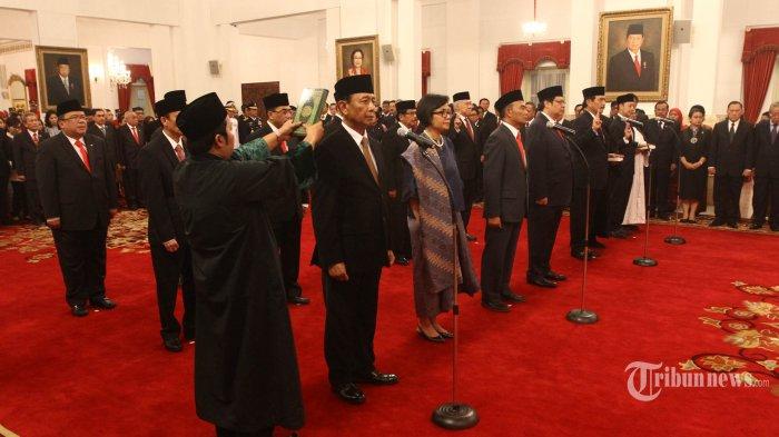 Menteri hasil reshuffle jilid ke 2 seperti Menkopolhukam Wiranto dan Menteri Keuangan Sri Mulyani Indrawati mengucapkan sumpah jabatan pada acara pelantikan di Istana Negara Jakarta, Rabu (27/7/2016). Sebelumnya Presiden Joko Widodo mengumumkan 12 nama menteri dan Kepala BKPM di teras belakang Istana Merdeka.