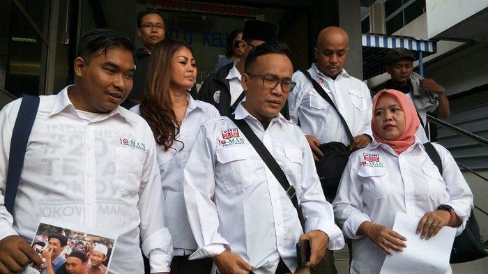 ketua umum relawan jokowi mania immanuel ebenezer dan tim usai melaporkan ancaman pemenggal kepala jokowi ke polda metro, sabtu (11/5/2019)