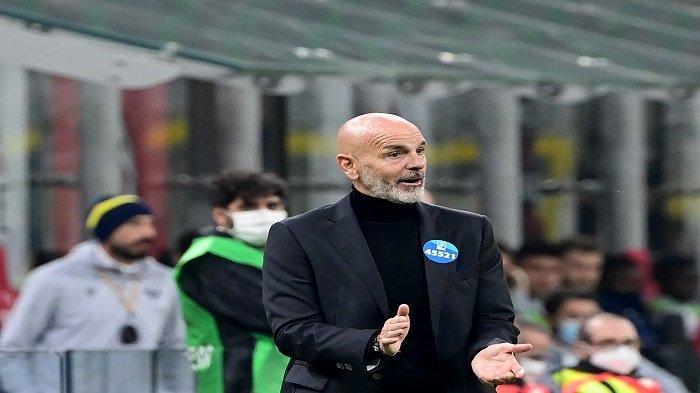 Pelatih Ac Milan Stefano Pioli memberi isyarat saat pertandingan sepak bola Serie A Italia antara AC Milan dan Hellas Verona di stadion San Siro di Milan pada 8 November 2020.