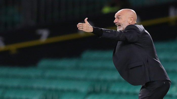 Pelatih AC Milan, Stefano Pioli memberi isyarat selama pertandingan sepak bola grup H putaran pertama Liga Eropa UEFA antara Celtic dan AC Milan di stadion Celtic Park di Glasgow, Skotlandia pada 22 Oktober 2020.