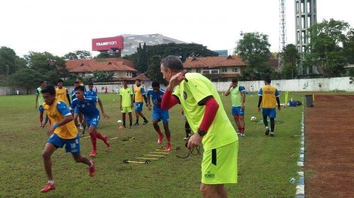 Pelatih Arema FC, Milomir Seslija, dan timnya saat latihan di Lapangan Graha Cakrawala Universitas Negeri Malang (UM).