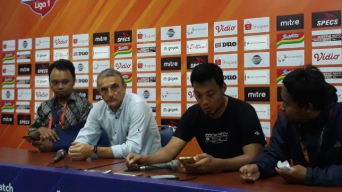 Arema FC Kalah Telak, Milomir Seslija Sebut Persib Bandung Tak Fair Play dan Salahkan Wasit