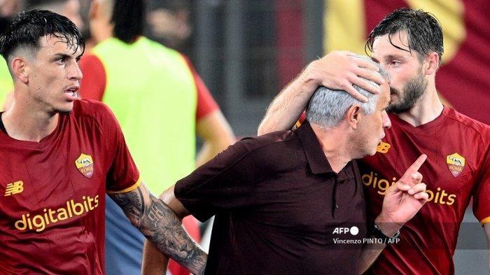 Pelatih AS Roma Portugal Jose Mourinho (kanan) melakukan selebrasi dengan bek Roma Uruguay Matias Vina (kanan) selama pertandingan sepak bola Serie A Italia antara AS Roma dan Sassuolo di stadion Olimpiade di Roma pada 12 September 2021.