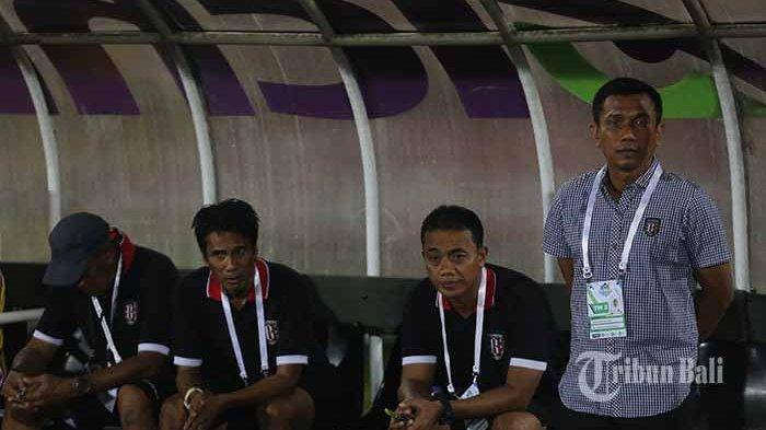 Pelatih Bali United, Widodo C. Putro (paling kiri) asisten pelatih Eko Purdjianto, Pasek Wijaya, dan Arjuna Renaldi jelang laga Bali United vs Perseru, Minggu (4/6/2017).