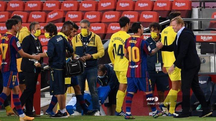 Pelatih Barcelona asal Belanda Ronald Koeman (kanan) menyapa penyerang Argentina Barcelona Lionel Messi (2R) mengakhiri pertandingan sepak bola liga Spanyol FC Barcelona melawan Villarreal CF di stadion Camp Nou di Barcelona pada 27 September 2020. Josep LAGO / AFP