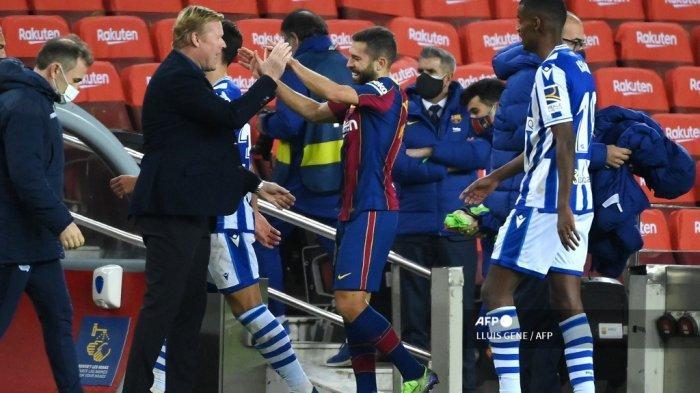 Pelatih Barcelona asal Belanda Ronald Koeman (kiri) mengucapkan selamat kepada bek Spanyol Barcelona, ??Jordi Alba, pada akhir pertandingan liga Spanyol antara FC Barcelona dan Real Sociedad di stadion Camp Nou di Barcelona pada 16 Desember 2020. LLUIS GENE / AFP