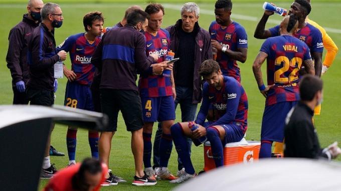 Pelatih Spanyol Barcelona Quique Setien (C) mengumpulkan pemain selama pertandingan sepak bola Liga Spanyol antara Celta Vigo dan Barcelona di stadion Balaidos di Vigo pada 27 Juni 2020. STR / AFP