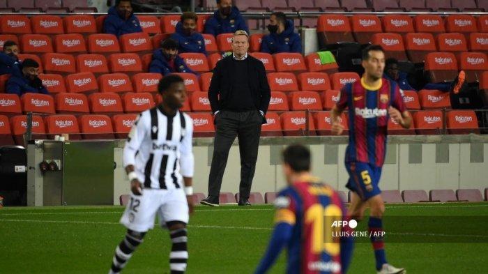 Pelatih Barcelona asal Belanda, Ronald Koeman (tengah) menyaksikan pertandingan sepak bola liga Spanyol antara FC Barcelona dan Levante UD di stadion Camp Nou di Barcelona pada 13 Desember 2020. LLUIS GENE / AFP