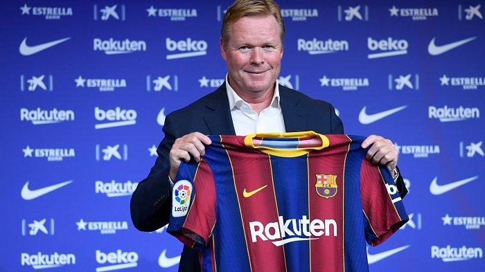 Pelatih baru Barcelona dari Belanda, Ronald Koeman, berpose saat presentasi resminya di stadion Camp Nou di Barcelona pada 19 Agustus 2020. Barcelona yang dilanda krisis memuji