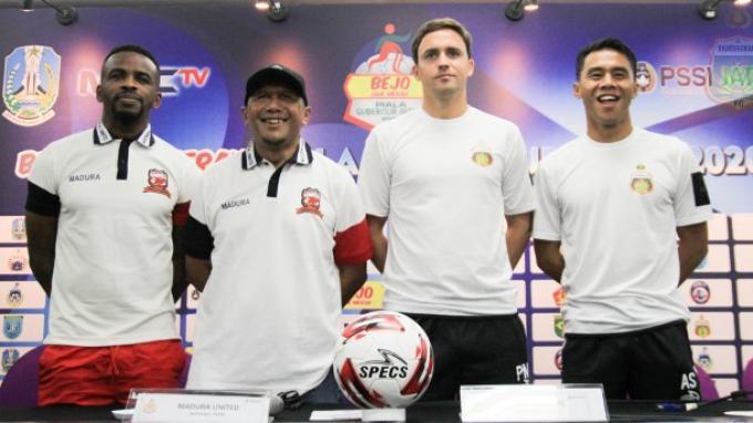 Pelatih Bhayangkara FC, Paul Munster dan kapten Alsan Sanda foto bersama dengan pelatih Madura United Rahmad Darmawan serta Greg Nwokolo usai konferensi pers Piala Gubernur Jatim, Minggu (9/2/2020).