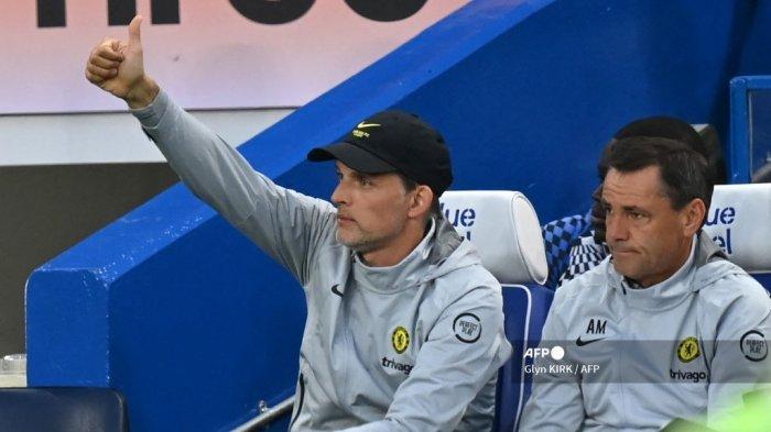 Pelatih kepala Chelsea Jerman Thomas Tuchel (kiri) memberi isyarat dari tempat duduknya selama pertandingan sepak bola persahabatan pra-musim antara Chelsea dan Tottenham Hotspur di Stamford Bridge di London pada 4 Agustus 2021.