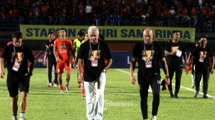 KECEWA - Pelatih Mario Gomez dan Oficial serta Pemain Borneo FC  tak dapat menyembunyikan kekecewaaanya seusai dikalahkan Persib 0-1 pada pertandingan Liga 1 di Stadion Segiri Samarinda Kalimantan Timur, Rabu (11/12/2019). TribunKaltim/Nevrianto Hardi Prasetyo.