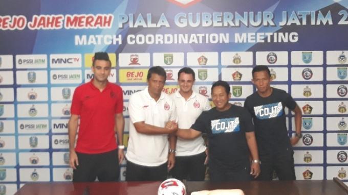 Pelatih dan pemain Persija Jakarta, Sergio Farias dan Otavio Dutra berfoto bersama dengan asisten pelatih dan pemain Persela Lamongan, Didik Ludianto dan Eky Taufik.