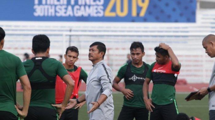 Pelatih Indra Sjafri saat memberikan intruksi kepada para pemain Timnas U-23 Indonesia saat menjalani sesi latihan. (PSSI)