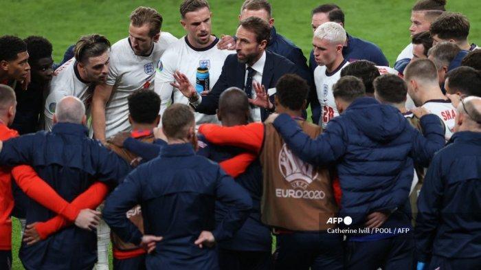 Pelatih Inggris Gareth Southgate (tengah) berbicara kepada para pemainnya selama pertandingan sepak bola semifinal UEFA EURO 2020 antara Inggris dan Denmark di Stadion Wembley di London pada 7 Juli 2021.