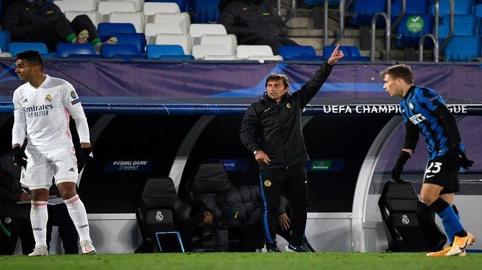 Pelatih Inter Milan, Antonio Conte memberi isyarat selama pertandingan sepak bola grup B Liga Champions UEFA antara Real Madrid dan Inter Milan di stadion Alfredo di Stefano di Valdebebas, di pinggiran Madrid, pada 3 November 2020.