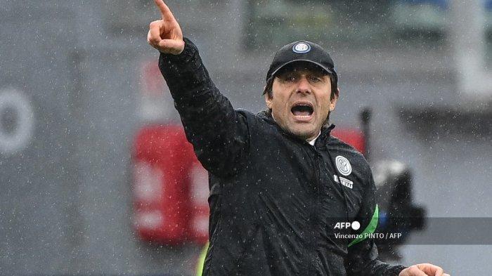 Pelatih Inter Milan Italia Antonio Conte memberikan instruksi selama pertandingan sepak bola Serie A Italia AS Roma vs Inter Milan pada 10 Januari 2021 di stadion Olimpiade di Roma. Vincenzo PINTO / AFP