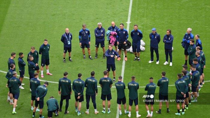 Pelatih Italia Roberto Mancini (tengah) berbicara kepada para pemainnya selama sesi latihan MD-1 di Allianz Arena di Munich pada 1 Juli 2021 menjelang pertandingan sepak bola perempat final UEFA EURO 2020 melawan Belgia.