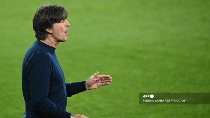 Pelatih Jerman Joachim Loew bereaksi selama pertandingan sepak bola persahabatan Jerman v Denmark di Innsbruck, Austria pada 2 Juni 2021, dalam persiapan untuk Kejuaraan Eropa UEFA. Federico GAMBARINI / POOL / AFP