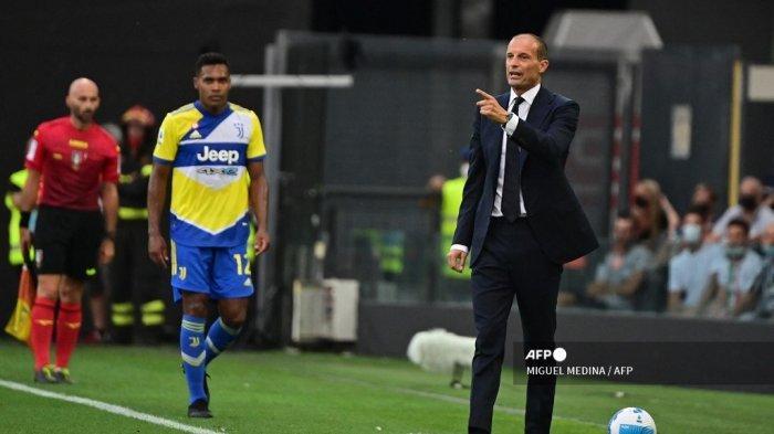 Pelatih Juventus asal Italia Massimiliano Allegri memberikan instruksinya saat pertandingan sepak bola Serie A Italia antara Udinese dan Juventus di Stadion Dacia Arena di Udine, pada 22 Agustus 2021.