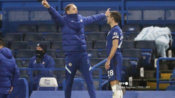Pelatih kepala Chelsea Jerman Thomas Tuchel (kiri) berbicara dengan bek Spanyol Chelsea Cesar Azpilicueta selama pertandingan sepak bola Liga Utama Inggris antara Chelsea dan Wolverhampton Wanderers di Stamford Bridge di London pada 27 Januari 2021.