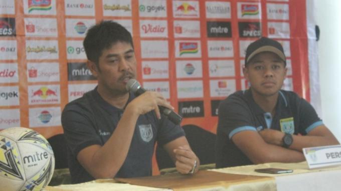 Pelatih kepala Persela Lamongan, Nil Maizar saat menghadiri jumpa pers sebelum menghadapi Persija, Kamis (14/11/2019).