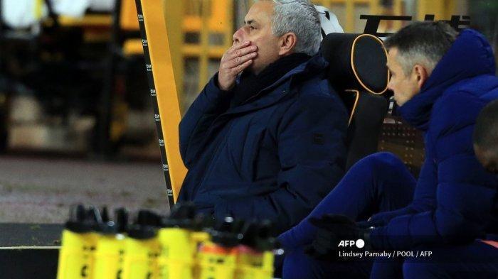Pelatih kepala Portugis Tottenham Hotspur Jose Mourinho bereaksi terhadap penyeimbang Wolves selama pertandingan sepak bola Liga Premier Inggris antara Wolverhampton Wanderers dan Tottenham Hotspur di stadion Molineux di Wolverhampton, Inggris tengah pada 27 Desember 2020. LINDSEY PARNABY / POOL / AFP