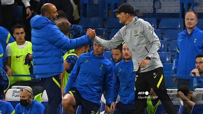 Pelatih kepala Tottenham Hotspur asal Portugal Nuno Espirito Santo (kiri) berjabat tangan dengan pelatih kepala Chelsea asal Jerman Thomas Tuchel (kanan) setelah pertandingan persahabatan pramusim antara Chelsea dan Tottenham Hotspur di Stamford Bridge di London pada 4 Agustus 2021. Pertandingan selesai 2-2.
