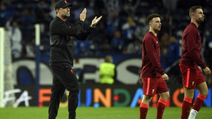 Pelatih Liverpool asal Jerman Jurgen Klopp (kiri) merayakan kemenangan timnya pada akhir pertandingan sepak bola grup B putaran pertama Liga Champions antara Porto dan Liverpool di stadion Dragao di Porto pada 28 September 2021. MIGUEL RIOPA / AFP