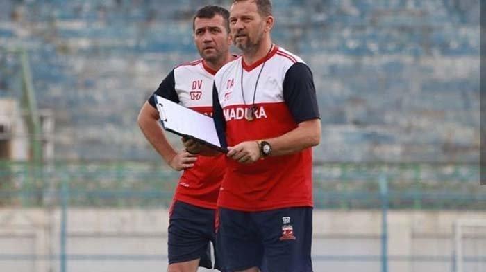Pelatih Madura United, Dejan Antonic saat memimpin latihan timnya di Stadion Gelora Bangkalan.