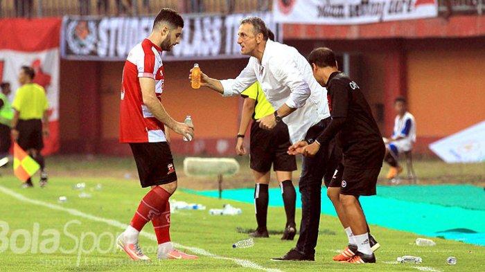 Pelatih Madura United, Milomir Seslija, memberi semangat kepada pemainnya, Nuriddin Davronov, saat melawan Arema FC pada pekan kelima Liga 1 2018 di Stadion Gelora Ratu Pamellingan Pamekasan, Jawa Timur, Sabtu (21/04/2018) sore.