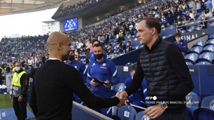 Pelatih Manchester City Spanyol Josep Guardiola (kiri) menyapa pelatih Chelsea asal Jerman Thomas Tuchel menjelang pertandingan final Liga Champions UEFA antara Manchester City dan Chelsea di stadion Dragao di Porto pada 29 Mei 2021.