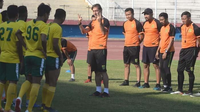 Pelatih Persebaya Wolfgang Pikal memberikan arahan kepada pemainnya dalam latihan di Stadion Gelora Delta, Sidoarjo, Kamis (3/10/2019).
